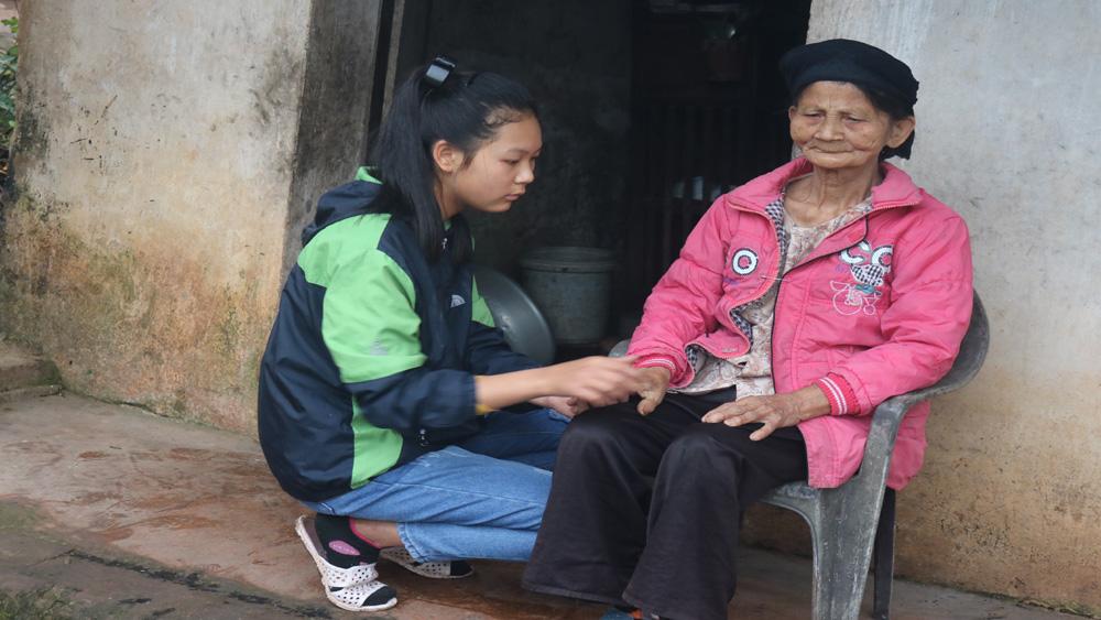 Bà 80 tuổi mù lòa nuôi cháu ăn học